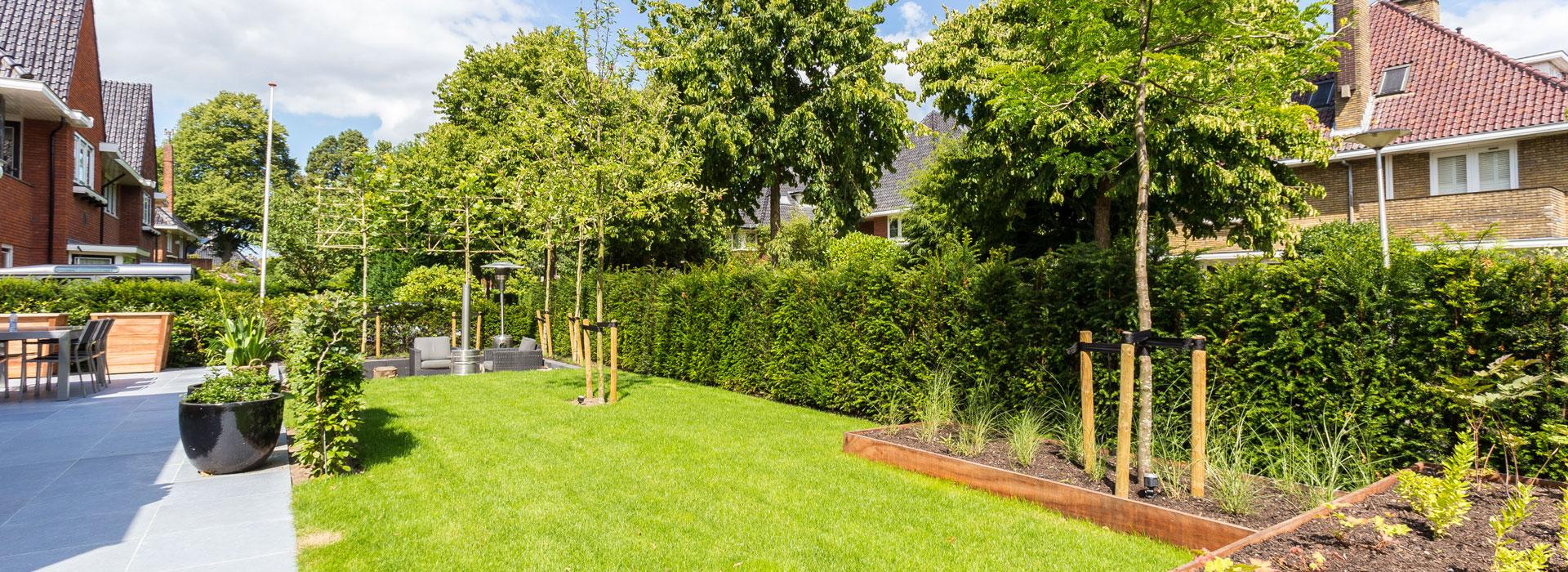 Tuin met bestrating en gras